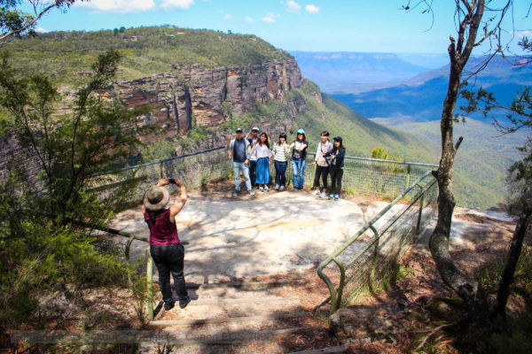 Blue Mountains discovery tour. Guide taking photos of group